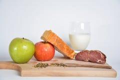 Voedsel op een houten raad Stock Fotografie