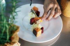 Voedsel op een schotel wordt gediend die stock afbeeldingen