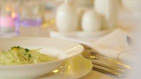 Voedsel in Plaat tijdens Huwelijksceremonie die wordt gediend stock video