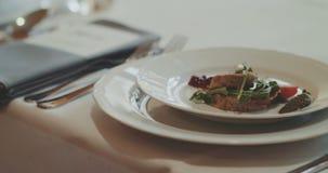 Voedsel in Plaat tijdens Huwelijksceremonie die wordt gediend stock videobeelden