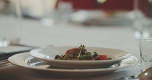 Voedsel in Plaat tijdens Huwelijksceremonie die wordt gediend stock footage