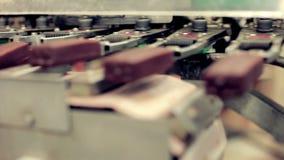 Voedsel productieproductielijn De voedselindustrie Roomijs productielijn stock footage