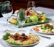 Voedsel servead bij de lijst Stock Fotografie