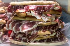 Voedsel in Spanje, Andalusia Sandwich met ham Jamon stock afbeelding