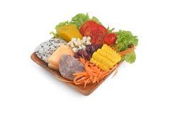 Voedsel van de voedings het Gezonde salade in houten plaat Stock Afbeelding