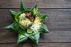 Voedsel van stootkussen het Thaise Thailand op banaanblad Royalty-vrije Stock Foto's