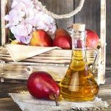 Voedsel, vegetarisme, gezonde voedingvoedsel, drank Natuurlijk sap zonder pulp van verse rode peer in een glaskaraf, wijn, likeur stock afbeelding