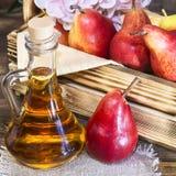 Voedsel, vegetarisme, gezonde voedingvoedsel, drank Natuurlijk sap zonder pulp van verse rode peer in een glaskaraf, wijn, likeur royalty-vrije stock fotografie
