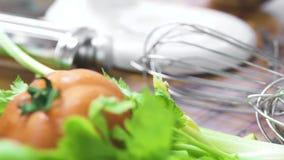 Voedsel verse groente als achtergrond en Italiaanse deegwaren op houten lijst Voedselsamenstelling van vers ingrediënt voor het k stock videobeelden