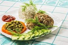 Voedsel Vleeskotelet met gekookte rijst en groenten Royalty-vrije Stock Foto's