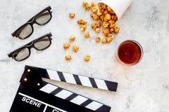 Voedsel voor het letten op film Popcorn en soda dichtbij clapperboard, glazen op grijze hoogste mening als achtergrond copyspace Royalty-vrije Stock Foto