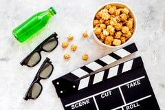 Voedsel voor het letten op film Popcorn en soda dichtbij clapperboard, glazen op grijze hoogste mening als achtergrond copyspace Royalty-vrije Stock Afbeelding