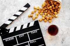 Voedsel voor het letten op film Popcorn en soda dichtbij clapperboard, glazen op grijze hoogste mening als achtergrond copyspace Royalty-vrije Stock Foto's