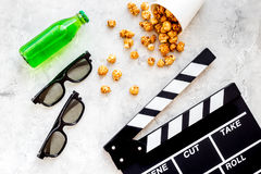 Voedsel voor het letten op film Popcorn en soda dichtbij clapperboard, glazen op grijze hoogste mening als achtergrond copyspace Royalty-vrije Stock Afbeeldingen