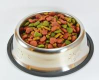 Voedsel voor huisdieren in roestvrije kom Stock Foto