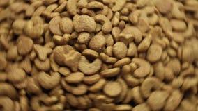 Voedsel voor huisdierenachtergrond Het roteren vertraagt en houdt op stock footage