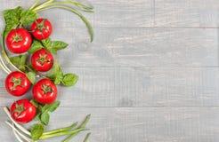 Voedselachtergrond met tomaten en basilicum Stock Foto