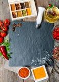 Voedselachtergrond met verschillende kruiden Stock Afbeeldingen