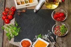Voedselachtergrond met verschillende kruiden Stock Foto