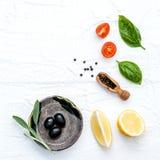 Voedselachtergrond met verse kruidentomaat, citroenplak, zwarte fut Stock Foto's