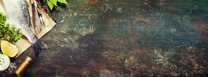 Voedselachtergrond met Zeevruchten en Wijn Stock Afbeeldingen