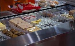 Voedselarbeider gezet voedsel in plastic dienblad voor verpakking stock afbeeldingen