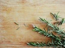 Voedselbeeld: Rosemary op de houten achtergrond Stock Afbeeldingen
