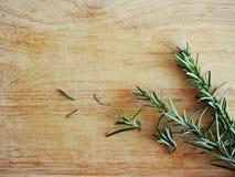 Voedselbeeld: Rosemary op de houten achtergrond Stock Afbeelding