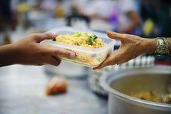 Voedselbehoeften van de armen in de maatschappijhulp met Voedselschenking: Het Concept Honger stock foto's