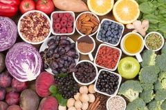 Voedselbronnen van natuurlijke anti-oxyderend zoals vruchten, groenten, noten en cacaopoeder stock foto's