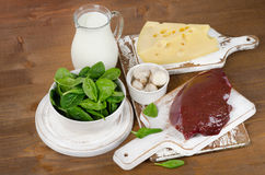 Voedselbronnen van vitamine B2 op houten raad Stock Fotografie