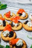 Voedselcollage van snacks met vlees en groenten Tapas met aardbeien en kaas, zalm met ingelegde komkommer Prosciutto met Stock Foto