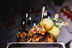 Voedselcollage van snacks met vlees en groenten Tapas met aardbeien en kaas, zalm met ingelegde komkommer Prosciutto met Stock Afbeelding
