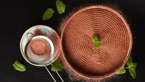 Voedselconcept die tot dessert maken eigengemaakte banoffeepastei op zwarte achtergrond royalty-vrije stock foto