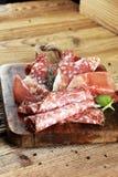 Voedseldienblad met heerlijke salami, ruwe ham en Italiaanse crudo of ja stock foto