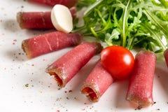 Voedseldienblad met heerlijke salami, stukken van gesneden ham, worst, Stock Afbeelding
