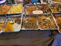 Voedseldienbladen van traditionele Thaise schotels stock afbeeldingen