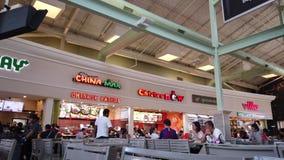 Voedselhof bij Orlando Vineland Premium Outlets Shopping-Wandelgalerij stock videobeelden