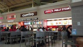 Voedselhof bij Orlando Vineland Premium Outlets Shopping-Wandelgalerij stock video