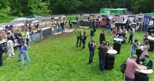 Voedselhof in Park stock video