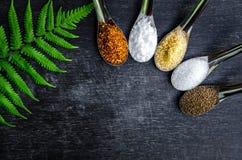 Voedselingrediënten en specerij bovenop de lijst stock foto