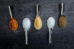 Voedselingrediënten en specerij bovenop de lijst royalty-vrije stock foto