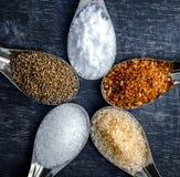 Voedselingrediënten en specerij bovenop de lijst stock foto's