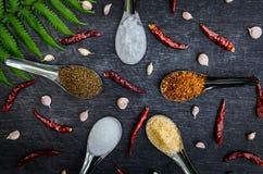 Voedselingrediënten en specerij bovenop de lijst stock fotografie