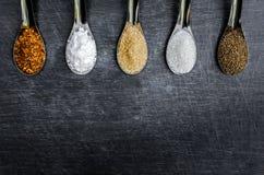 Voedselingrediënten en specerij bovenop de lijst royalty-vrije stock foto's