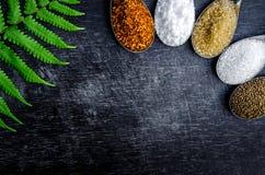 Voedselingrediënten en specerij bovenop de lijst stock afbeelding