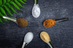 Voedselingrediënten en specerij bovenop de lijst royalty-vrije stock fotografie