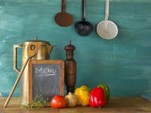 Voedselingrediënten met menubord Stock Foto's
