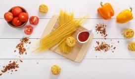 Voedselingrediënten op de eiken lijst Stock Fotografie