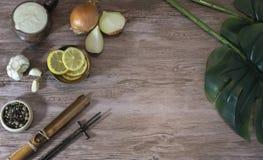 Voedselingrediënten op een houten lijst met installatiebladeren stock afbeelding